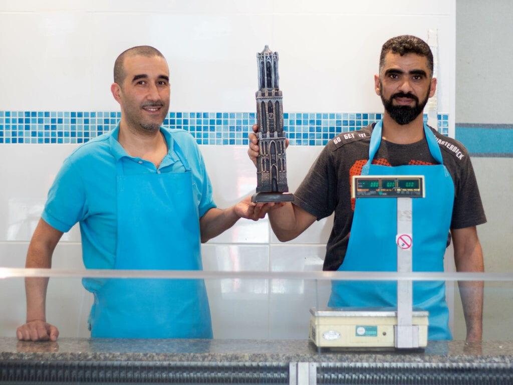 Nordin (links) en Mohamad (rechts), met een van Mohamads domtorens.