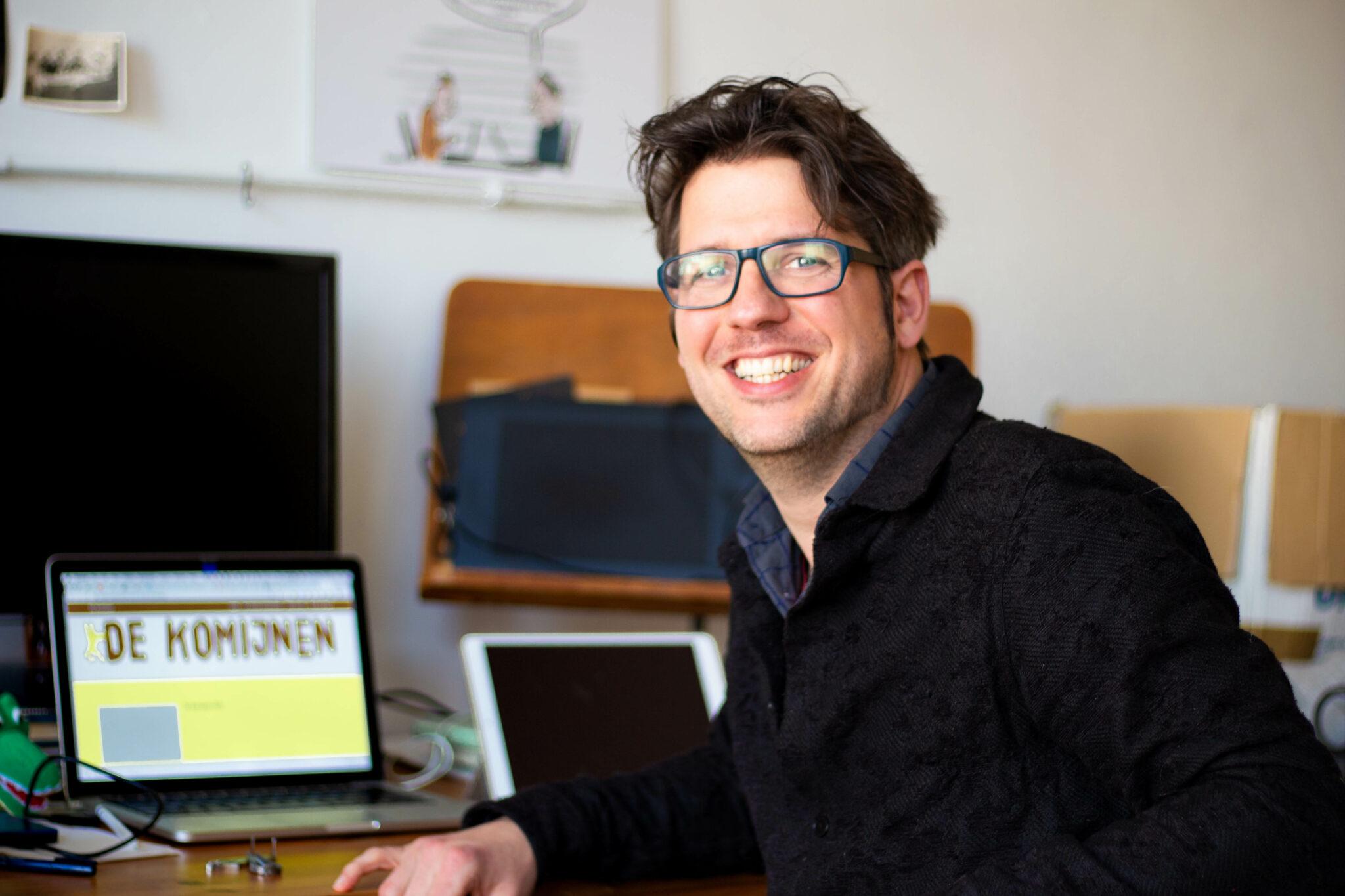 Daniel in zijn kantoor. Foto: Georgia Oost