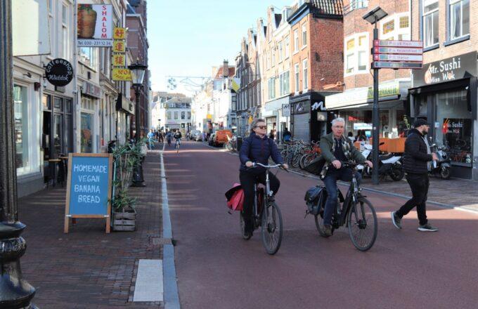 man vrouw fietsen fietsstraat witte vrouwenstraat homemade vegan bananenbrood