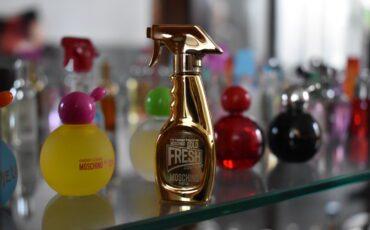 Dicky Swagers spaart miniatuur parfumflesjes