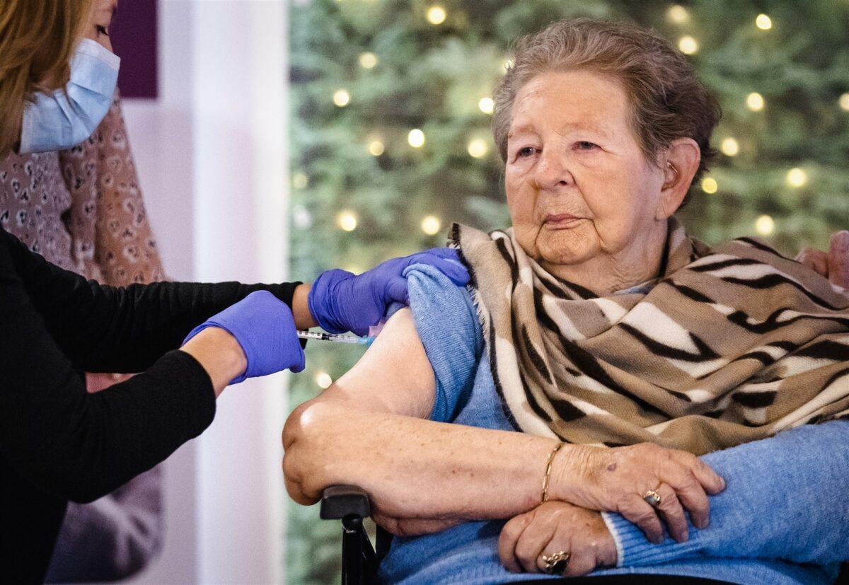 Mevrouw Roos wordt door een huisarts gevaccineerd tegen het coronavirus