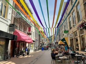 Bastion Groningen 7. Onderschrift_ De Zwanestraat vol met mode-, woon- en eetzaakjes _ Foto_ indebuurt