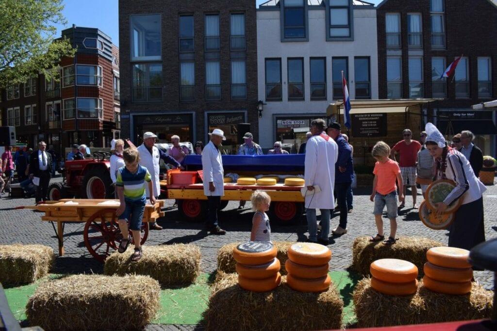 Kaasmarkt Woerden handjeklap kaasrollen streekmarkt