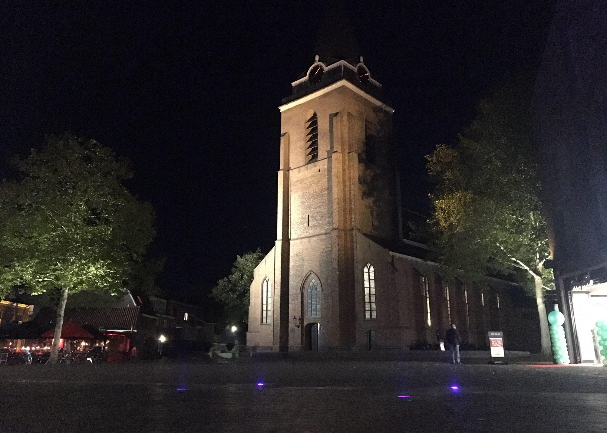 Blauwe lampjes kerkplein petrustoren poort via principalis castellum