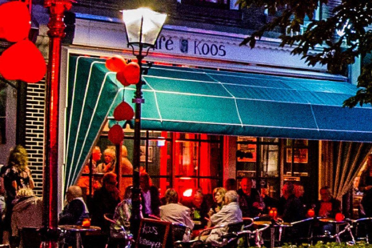 buiten-avond cafe koos