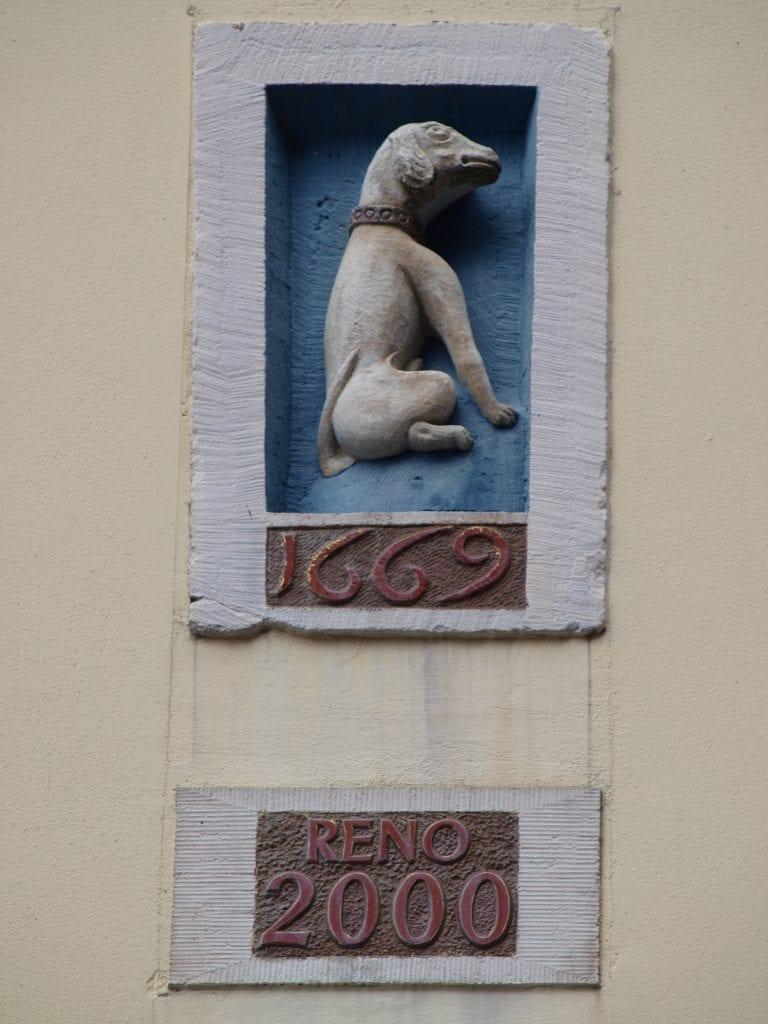 hondje op de gevel