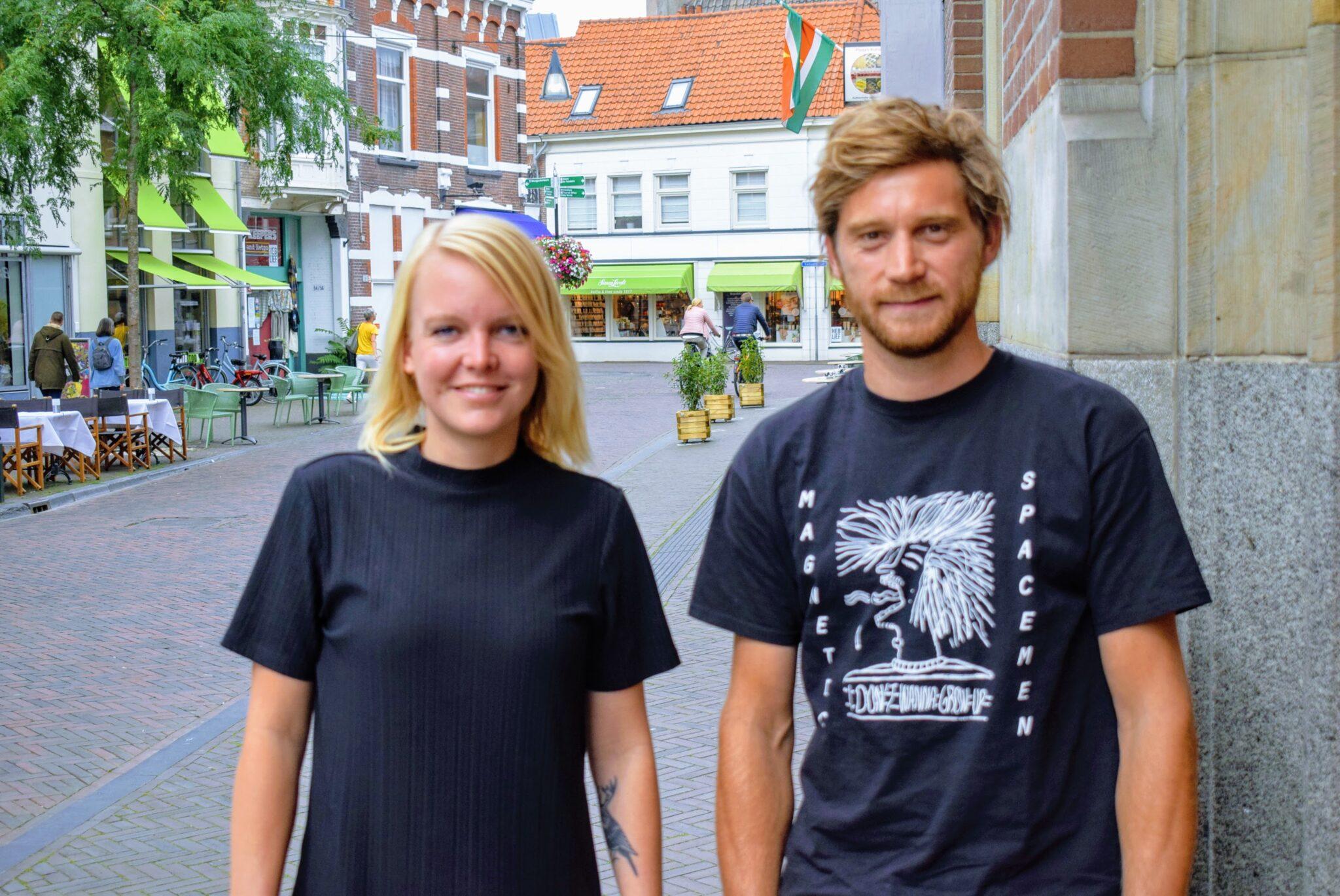 Rowan en Nick voor het pand waar het hostel zich zal vestigen | Foto indebuurt